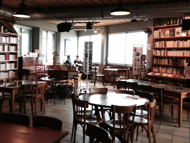 フランス ロキレック 本屋カフェ内部