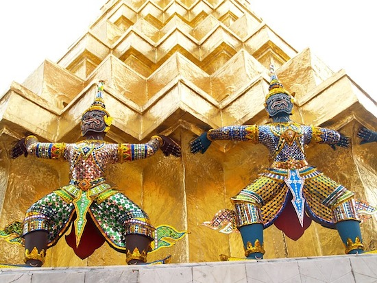 タイ国王崩御→ワチラロンコン国王陛下戴冠+新妻!元妃の息子、王子様のお忍びをチラっ