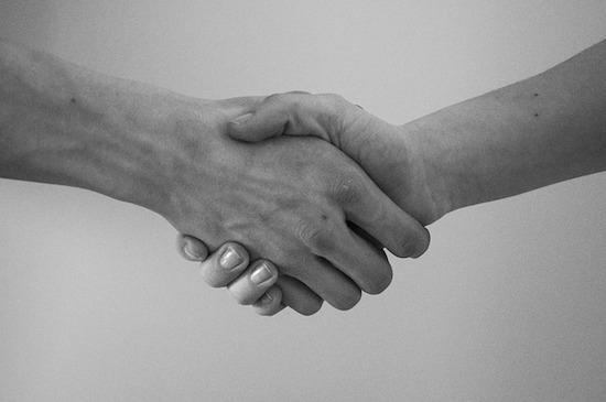 アメリカでの挨拶の仕方(マナー)!握手とハグとキス他ジェスチャー